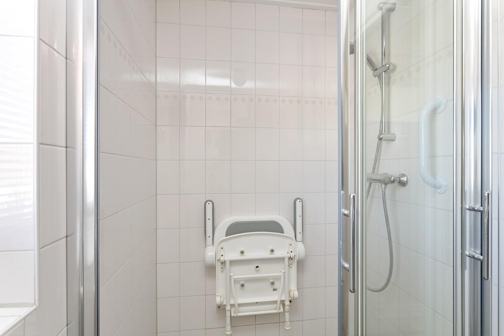 Badkamer -- Twee kapper te koop in Made